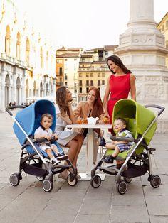 grupo de madres con sus hijos en cochecito Avio de Inglesina sentadas a la hora de la merienda en la terraza de una plaza de la Toscana italiana (formato vertical)