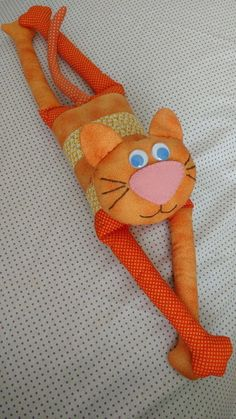 Peso De Porta Gato Esparramado No Cat Crafts, Sewing Crafts, Sewing Projects, Cat Pillow, Baby Hats Knitting, Cat Doll, Sewing Dolls, Toy Craft, Fabric Dolls