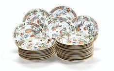 Suite de vingt-huit assiettes en porcelaine de Chine du début du XVIIIe siècle, période Kanghi (1662-1722) | Lot | Sotheby's
