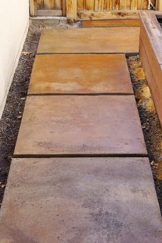 Pavers are always adding beauty and definition to the pathways. Cover the entire walkway with these pavers with wooden fencing on the sides. These pavers will prevent the walkway from getting dirty and wet. Easy to clean and saves money. Concrete Flags, Outdoor Concrete Stain, Cement Stain, Concrete Pathway, Concrete Porch, Concrete Steps, Stained Concrete, Concrete Staining, Flagstone