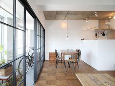 <14> 高層階に光あふれるインナーテラス - リノベーション・スタイル - Asahi Shimbun Digital[and] Interior Photo, Cafe Interior, Interior Styling, Interior And Exterior, Interior Design, Indoor Balcony, Japanese Home Decor, Home Living Room, Interior Architecture