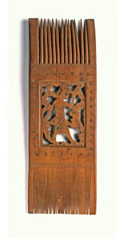 Africa | Wood comb from Egypt | ca. 6th / 7th century. H: 23 cm. | Given that there is hardly no wear on this comb, and other comparable pieces, it is likely that these were specifically made as gifts to be added to a grave.