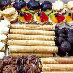 Zákusky na Vaše oslavy co užíváte ve zdraví. Tyto a další druhy cukroví, chlebíčků, koláčků, dortů a jiných laskomin si můžete prohlédnout a posléze objednat na www.cukrovi-kuncovi.cz Cheese, Desserts, Food, Tailgate Desserts, Deserts, Essen, Postres, Meals, Dessert
