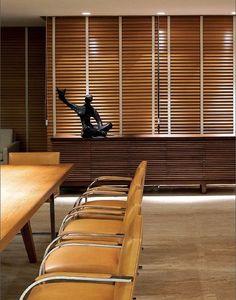 As persianas Country Woods são fabricadas com lâminas de madeira que oferecem controle de luminosidade e privacidade aos escritórios.