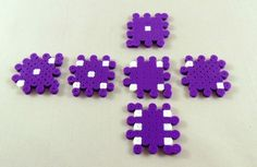 This easy Perler Bead tutorial will help you in creating your very own Perler Bead dice. It's a great start for Perler Bead design. Hamma Beads 3d, Fuse Beads, Pearler Beads, Perler Bead Disney, Diy Perler Beads, Perler Bead Art, Pearler Bead Patterns, Perler Patterns, Loom Patterns