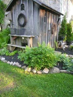 40 Super ideas for garden shed landscaping planters Rustic Gardens, Outdoor Gardens, Shed Landscaping, Garden Yard Ideas, Garden Planters, Diy Garden, Garden Sheds, Shed Decor, Potting Sheds