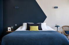 Mur bicolore graphique bleu nuit et blanc | Hôtel Henriette - Photos