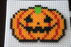 DIY - 5 décors en perles à repasser pour Halloween - Le blog de Yeude Halloween Town, Halloween Pumpkins, Halloween Crafts, Halloween Decorations, Fuse Beads, Perler Beads, Perler Bead Disney, Melting Beads, Pony Beads