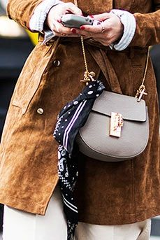 Here are three styling tricks for tying a scarf on any handbag in your arsenal (aka the easiest outfit upgrade ever). Ways To Wear A Scarf, How To Wear Scarves, Tie Scarves, Making Money On Ebay, Jeans Vintage, Celine Coat, Tailoring Jeans, Monochrome Outfit, Curvy Petite Fashion