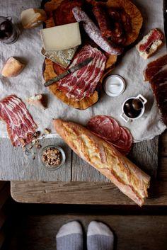 Jamon Serrano, Jamon Iberico, Chorizo, Salchichon, barra de pan, aceitunas...como te extraño España! Yes I miss Spain!