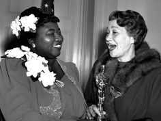 """Hattie McDaniel was the first African-American to win a competitive Oscar for supporting actress for """"Gone With the Wind."""" Here's an AP photo from the 1940 ceremony of Fay Bainter presenting her with the Oscar. Academy Award Winners, Oscar Winners, Academy Awards, Oscar 2013, Oscar Verleihung, Hollywood Stars, Classic Hollywood, Old Hollywood, Hollywood Glamour"""