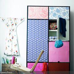 Der DIY-Schrank wurde mit bunter Dekofolie beklebt und bringt individuellen Charme ins Schlafzimmer. - mehr auf roomido.com