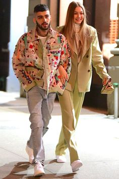 Zayn Malik and Gigi Hadid Spotted Walking Arm-in-Arm in New York City Back Together? Zayn Malik and Gigi Hadid Spotted Walking Arm-in-Arm in New York City Gigi Hadid Und Zayn, Gigi Hadid And Zayn Malik, Estilo Gigi Hadid, Bella Hadid, Gigi Hadid Outfits, Green Suit, Famous Couples, Couple Outfits, Models