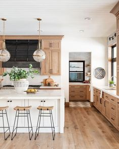 Home Kitchens, Wood Kitchen, Light Wood Cabinets, Kitchen Design, Kitchen Inspirations, Home Decor Kitchen, Kitchen Interior, White Kitchen Island, Latest Kitchen Designs