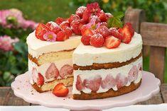 Geeiste Käse-Sahnetorte mit Erdbeeren - Erfrischend und fruchtig lässt diese…