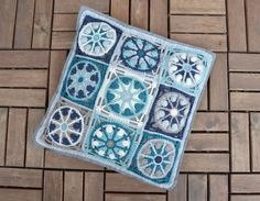 Use these blooming blocks on their own or in mix-and-match groups. Crochet World, Crochet Home, Manta Crochet, Crochet Mandala, Crochet Flowers, Mandala Rug, Crochet Pillow Pattern, Crochet Cushions, Joining Granny Squares