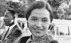 Rosa Parks with Martin Luther King Jr. in the background Rosa Parks is the true hero of the struggle for civil rights in America. Martin Luther King, Great Women, Amazing Women, Inspirer Les Gens, Women Rights, Montgomery Alabama, Civil Rights Activists, Eastern Star, Civil Rights Movement
