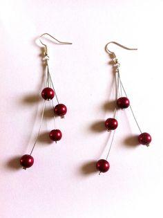 Boucles d'oreilles fil cablé et perles rouges                                                                                                                                                                                 Plus