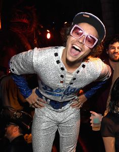 The Best Celebrity Halloween Costumes Harry Styles wore a LA Dodgers costume in the style of Elton John. See all the best celebrity halloween costumes. Harry Styles Fotos, Harry Styles Baby, Harry Styles Lindo, Harry Styles Mode, Harry Styles Pictures, Harry Edward Styles, Harry Styles Fashion, Harry Styles Funny, Harry Styles Icons
