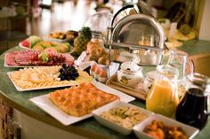 Waffeln, Käseplatten, Schinkenplatten, alles was ihr Herz begehrt haben Sie beim All-Inklusive-Frühstücksbuffet im PuchasPLUS****
