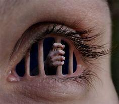 Dejad de pecar con los ojos, ...poned la mira en las cosas de arriba, no en las de la tierra. Abre mis ojos, y miraré las maravillas de tus leyes. El engañador dice mira, mira y nosotros miramos y caemos en cárcel, cuidad lo que miréis. Col. 3: 2, Sal.119:18