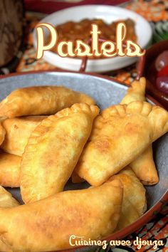 Pastels or pastels senegalaise (fataya), donut shaped slipper stuffed with minced meat or tuna. This African recipe is widespread Food C, Love Food, Beignets, Baked Chicken Recipes, Crockpot Recipes, Healthy Breakfast Potatoes, Senegalese Recipe, Donut Shape, Meat Appetizers