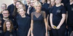 Brigitte Macron sfida ancora tutti indossando un look di Louis Vuitton alla sfilata Haute Couture di Christian Dior