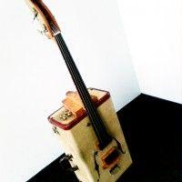 maleta reciclada en una guitarra #DIY #decoracion #vintage #maletas antiguas #repurposed #upcycled
