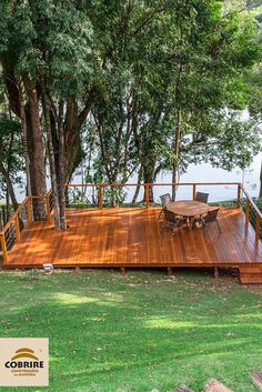 In addition to the river and the interaction with nature, you have a deck to gather family and friends.Every detail makes a difference. Little things change in terms of quality, beauty and harmony. At Cobrire, Sloped Yard, Sloped Backyard, Backyard Patio Designs, Hillside Deck, Hillside Landscaping, Deck Design, Garden Design, House Design, Floating Deck