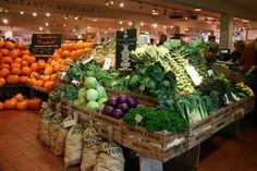 Darts Farm is a farm shop in Topsham, near Exeter, Devon. Produce Displays, Market Displays, Fruit Displays, Fruit And Veg Shop, The Farm, Supermarket Design, Food Retail, Farm Shop, Shop Interiors