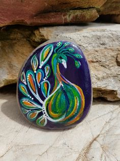 Painted rocks have become one of the most addictive crafts for kids and adults! Want to start painting rocks? Lets Check out these 10 best painted rock ideas below. Pebble Painting, Pebble Art, Stone Painting, Rock Painting Patterns, Rock Painting Ideas Easy, Painted Rocks Craft, Hand Painted Rocks, Stone Crafts, Rock Crafts