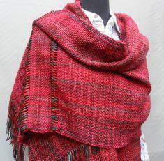 Chal en rojos con detalle de vainillas Loom Weaving, Hand Weaving, Woven Scarves, Sewing, Clothing, Pattern, Fashion, Weaving Wall Hanging, Templates