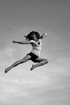 Magnifique photo en noir et blanc. Un saut sur trampoline plein d'énergie!    http://www.france-trampoline.com