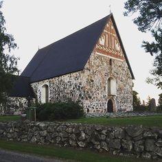 Keskiaikainen Pyhän Sigfridin kivikirkko on peräisin 1400-luvun puolivälistä. Nykyinen kellotapuli, jonka alaosa on rakennettu kivestä, valmistui paljon myöhemmin, vuonna 1811. Sitä edeltävä, alkuperäinen tapuli rakennettiin kuitenkin puusta jo 1700-luvulla. Kirkkoa entisöitiin 1930-luvulla, mutta sitä ei kyetty saattamaan aivan alkuperäiseen asuun. -------- Sibbo gamla kyrka S:t Sigrfid byggdes i mitten av 1400-talet. Den nuvarande klockstapeln med den lägre delen i sten byggdes mycket…