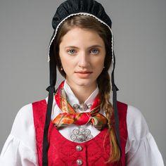 Tromsbunaden for kvinner Folk Costume, Costumes, Scout Knots, Folk Clothing, Tromso, Bridal Crown, Wedding Jewelry, Vest, Textiles