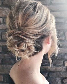 Messy textured updo bridal hairstyle | #updos #weddinghairstyles