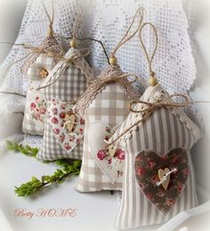 Country jarní domečky I. / Zboží prodejce Betty HOME Hobbies And Crafts, Diy And Crafts, Arts And Crafts, Sewing Crafts, Sewing Projects, Craft Projects, Decoration Shabby, Fabric Hearts, Lavender Bags