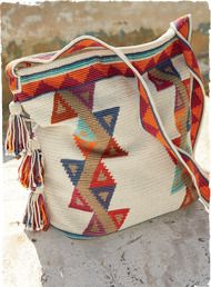 torba / szydełko // The intricately handcrocheted pima tote is patterned in a mosaic of triangles and zigzags. Detailed with shoulder strap, zip top and beaded tassel trim. Mochila Crochet, Crochet Tote, Crochet Handbags, Crochet Purses, Hand Crochet, Knit Crochet, Tapestry Bag, Tapestry Crochet, Boho Bags