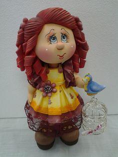 Boneca Magnólia feita em biscuit, com passarinho e gaiolinha. <br>NOTA: O prazo de confecção é 45 dias da data do agendamento. Favor consultar vaga para agendamento.