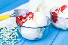 Holunderblüten Frozen Yogurt selber machen – ohne Sahne leichter als Holler-Eis und ganz einfach ohne Eismaschine! Holler Frozen Joghurt ist die perfekte Erfrischung für den Sommer.