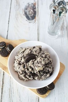 Cookies and Cream Edible Cookie Dough Recipe Forget the cookies. This cookies & cream edible cookie dough dip is a delicious dessert experience. Cookie Dough To Eat, Healthy Cookie Dough, Cookie Dough Recipes, Edible Cookie Dough, Healthy Cookies, Baking Recipes, Dessert Recipes, Dip Recipes, Vegetarian Cookies