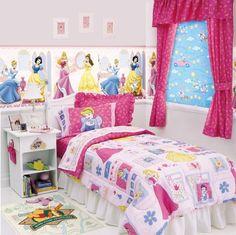 les princesses de Disney et des rideaux framboise