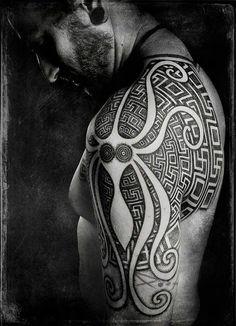 Tatouage viking d'une créature des mers sur l'épaule