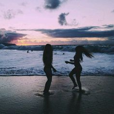 A melhor sensação do mundo e estar na praia no final do dia,sério gente e muito gostosinho! P.S:mais uma foto com a Mia(minha melhor amiga) poruqe agente ama tirar fotos