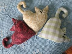 coussin chat faisant la sieste Sleeping Stuffed Cat Pillows Toy (Inspiration, No Pattern, No Tutorial) Sewing Toys, Sewing Crafts, Sewing Projects, Art Projects, Cat Crafts, Kids Crafts, Fabric Animals, Cat Quilt, Cat Pillow