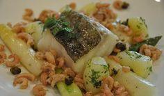 Un plat de poisson à la fois sain, peu calorique et raffiné. Une façon simple de réunir de grands classiques de la cuisine belge : asperges, pommes de terre, cabillaud et crevettes grises.