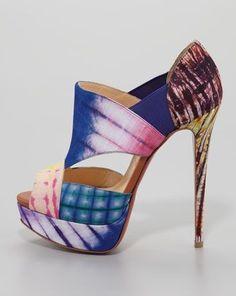 El arte creativo de Christian Louboutin Como una obra de arte abstracto los zapatos de la firma Louboutin son un lujo destinado a ser llevado por unas pocas afortunadas, Con un diseño poco habitual pero no por ello menos atractivos, estos coloridos...
