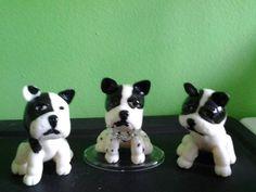 Lindos cachorros confeccionados e pintados a mão da raça Bulldog Frances.  Peça o seu mascote.  Pedido mínimo 2 peças.  Pode-se acrescentar o porta recado. R$ 6,50