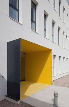 14. Entrada do Centro Médico de Porreres, na Espanha, projetado pelo Estudio MACA.