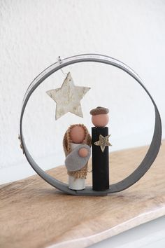 This nativity scene with the holy couple and baby Jesus is something quite . Noel Christmas, Christmas Crafts, Christmas Decorations, Diy Nativity, Diy Crib, Art Deco Bedroom, Childrens Christmas, Colorful Christmas Tree, Craft Ideas